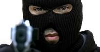 В Омске неизвестный с пистолетом в автобусе ограбил пассажира