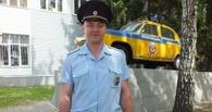 В Омске сотрудник ГИБДД потушил горевшую на парковке иномарку