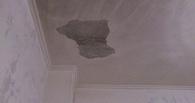 В Омске младенца травмировал кусок штукатурки, отвалившийся с потолка