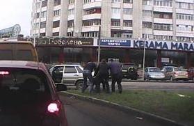 В Омске автолюбитель снял на видеорегистратор похищение человека (ВИДЕО)