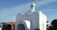 Американцев и румын удивил житель Омской области, построивший церковь из снега