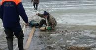 Омские спасатели на вездеходе спасали рыбаков с озера Ик