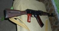 В Омске мать и сын пришли в кафе с гранатой и автоматом АК-74